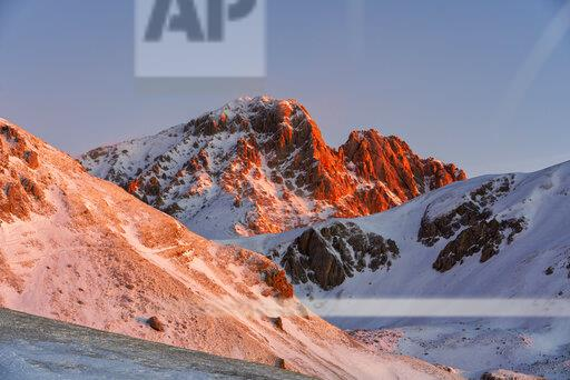 Italy, Abruzzo, Gran Sasso and Monti della Laga Park, Campo Imperatore, Corno Grande mountain at sunrise in winter