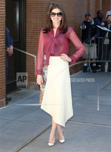 """STRMX KGC-146/STAR MAX/IPx A ENT New York USA IPX Anne Hathaway arrives at """"The View"""" in New York City"""