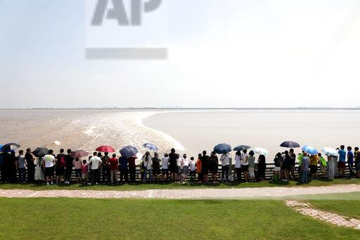CHINA ZHEJIANG QIANTANG RIVER TIDAL BORE