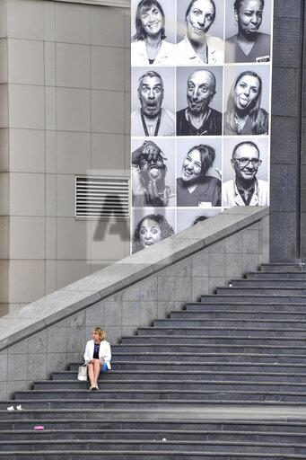 France: The portraits of 500 caregivers were pasted on the facade of the Opera Bastille