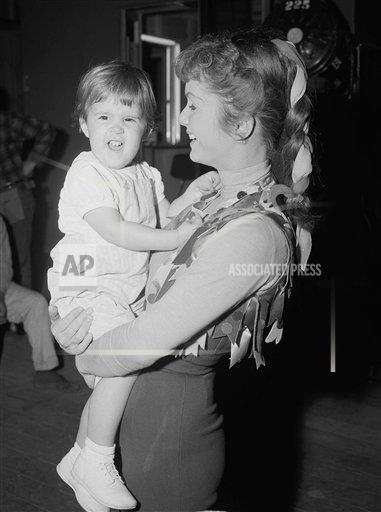 Watchf AP A   USA APHS282507 Debbie Reynolds Holding Her Daughter Carrie