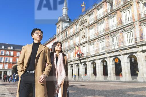 Spain, Madrid, young couple exploring the city