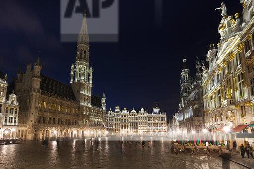 Belgium, Brussels, Grand Place, Townhall and guildhalls at night
