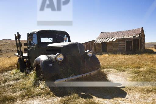 USA, California, Sierra Nevada, Bodie State Historic Park, old wooden house and car