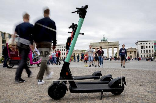 E-Tretroller at the Brandenburg Gate