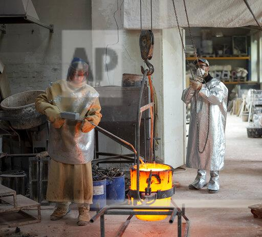 Art foundry, Foundry workers lifting mold