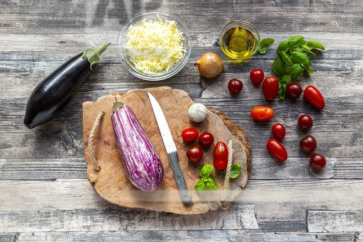 Various ingredients for aubergine-pizza, low carb