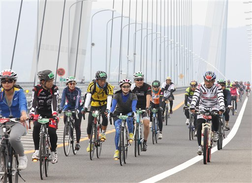 8,000 cyclists take part in Cycling Shimanami event