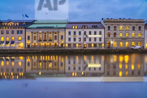 Sweden, Gothenburg, historic city center with view of Soedra hamngatan on the canal