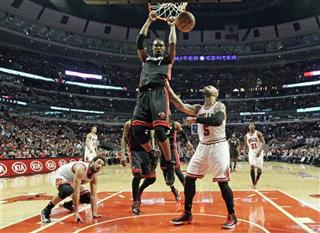 Chris Bosh (1) dunks against Chicago Bulls power forward Carlos Boozer