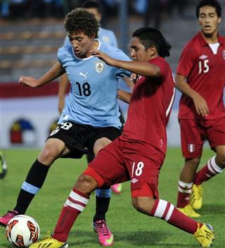 Marcio Benitez, left, and Peru&#039;s Leonardo Mendoza