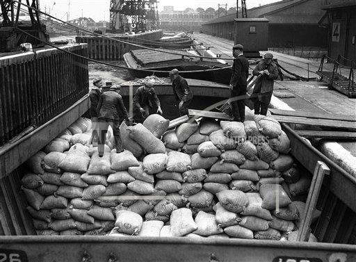Watchf AP I   XEN APHSL42802 London Unloading Maize in King George  V Dock