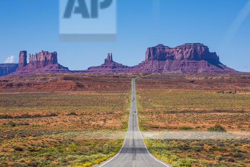 USA, Arizona, Monument valley, empty road