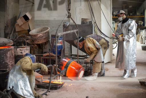 Art foundry, Foundry workers casting