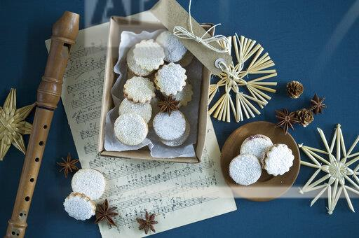 Christmas Cookies Spitzbuben in a box, music sheet, recorder, straw stars, star anise, larch cones, gift tag