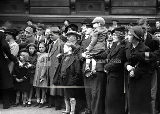Watchf AP I   XEN APHSL41949 London Downing Street Crowd