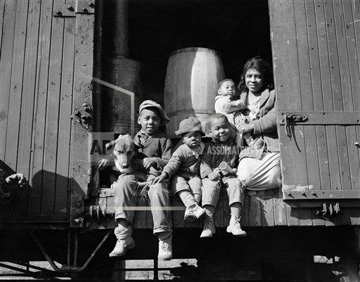 Watchf AP A  AR USA APHS350739 Family Living in Box Car 1937