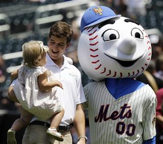 Eli Manning, Mr. Met