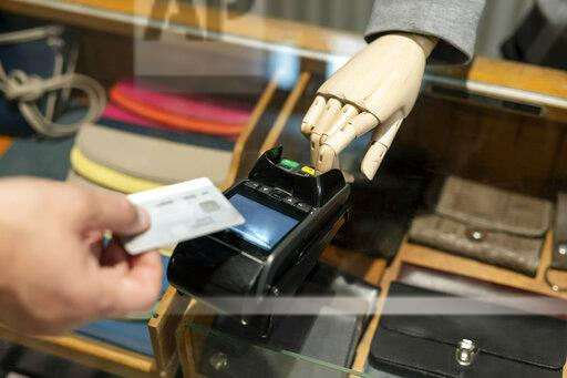 Customer paying with creditcard, robot assisting
