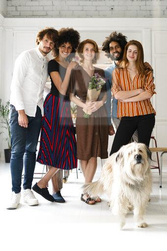 Group picture with a dog, of friends, celebrating ghe birthday og a young woman