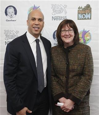 Newark Mayor Cory Booker Honors the Nestlé/Newark Now! Program