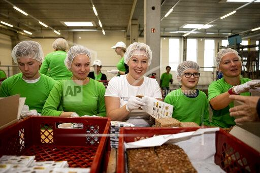 Family Minister Giffey packs organic bread boxes