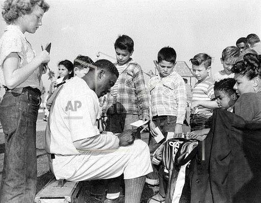 Associated Press Sports California United States Professional Baseball (National League) ROBINSON GIVES AUTOGRAPH