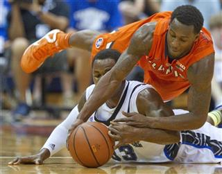 De&#039;Andre Haskins, bottom, and Illinois guard D.J. Richardson
