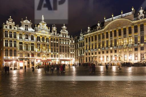 Belgium, Brussels, Grand Place, Guildhalls and House of the Dukes of Brabant right, at night