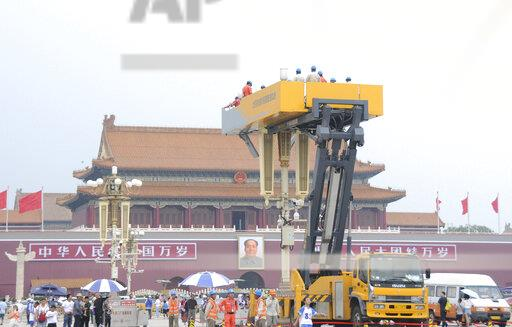 CHINA BEIJING TIAN'ANMEN SQUARE LAMPS CLEANING