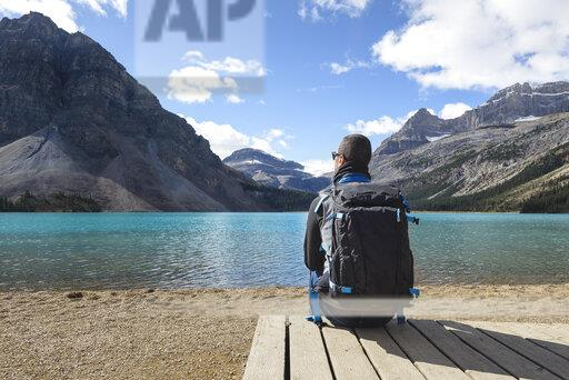 Canada, Jasper and Banff National Park, Icefields Parkway, man at lakeside