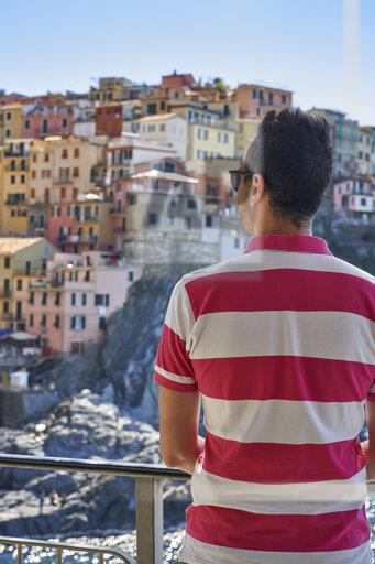 Italy, Liguria, La Spezia, Cinque Terre National Park, man looking to Manarola