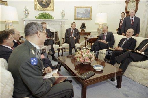 Watchf Associated Press Domestic News  Dist. of Col United States APHS197981 President Bush with Colin Powell and John Sununu