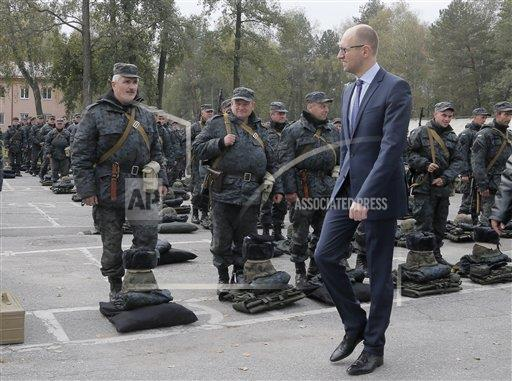 Yatseniuk reviews Ukrainian soldiers