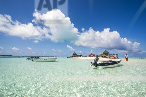 Carribean, Colombia, San Andres, tourists and boats in resort on El Acuario