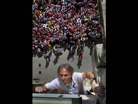 Related Pictures spider man alain robert amazing people climb risky ...