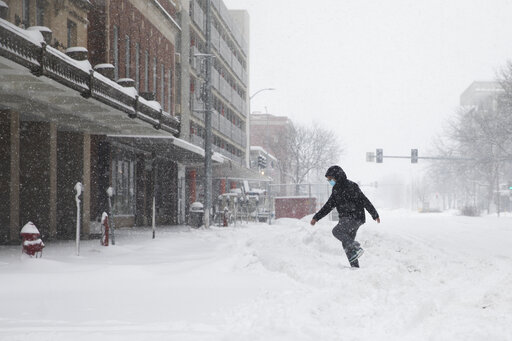 'Historic' snow blankets parts of Midwest, disrupts tra...