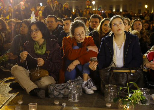 The Latest: Hundreds pray by Paris' Notre Dame for 2nd